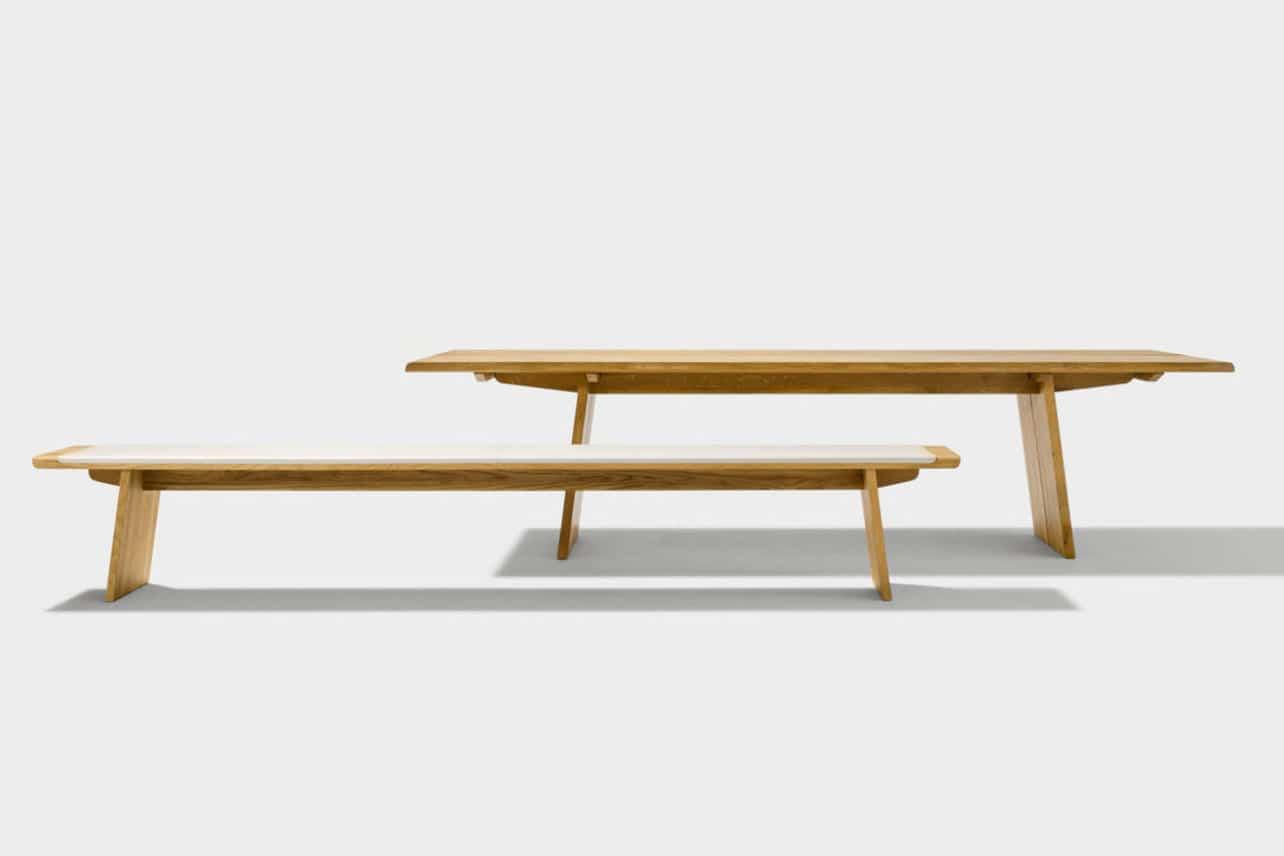 Bank Nox mit Holzwangen in Eiche ohne Rückenlehne. Tisch Nox mit Holzgestell.