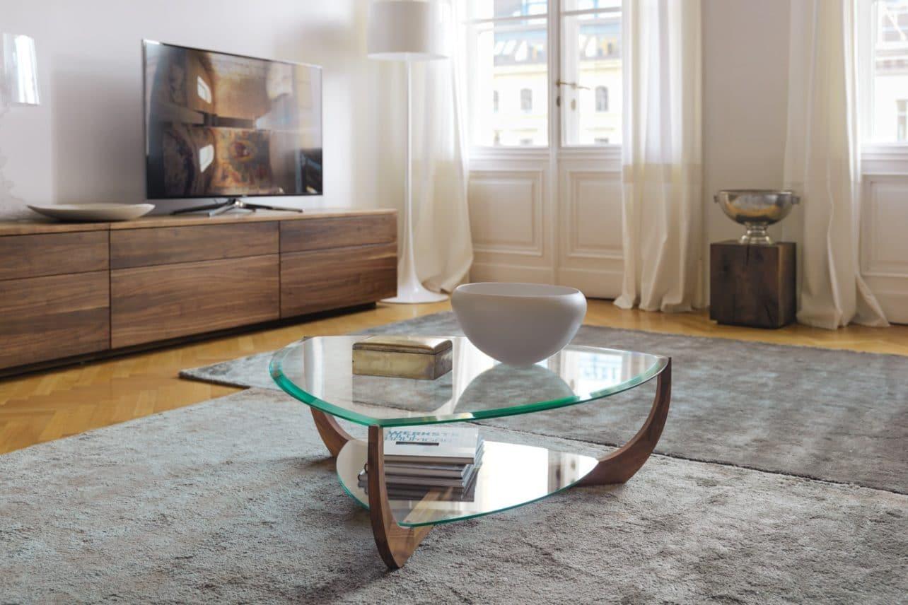 Dreieckiger Glascouchtisch mit Nussbaumgestell Juwel von Team7